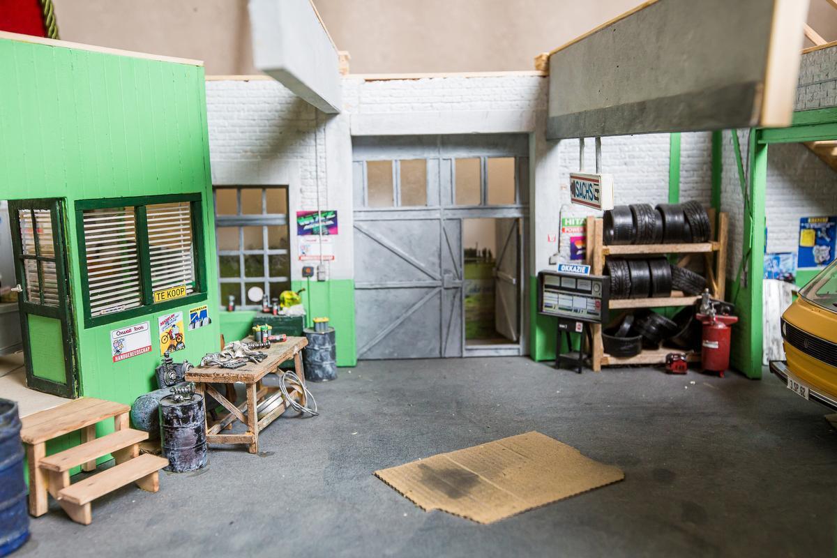 Robin bouwde ook de garage van DDT op schaal na. De gelijkenis is indrukwekkend.