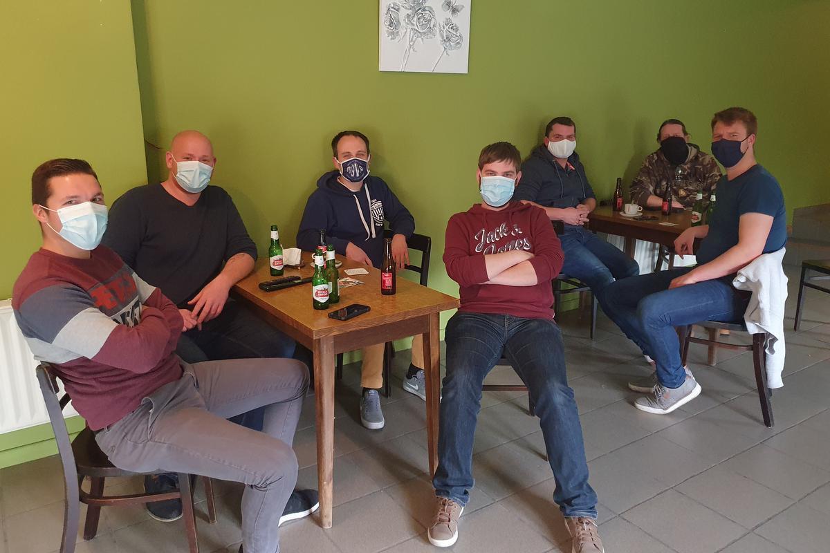 Lorenzo Kindt, Kenneth Anckaert, Koen De Waele, Bjarne Meurez, Stijn Avet, Filiep Kindt en Bryan De Backere volgen de koers in café De Sportwereld.