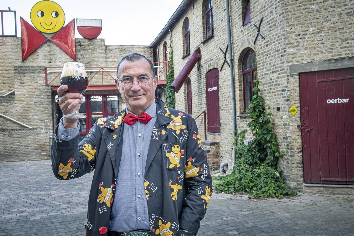 Kris Herteleer voor zijn brouwerij in Esen