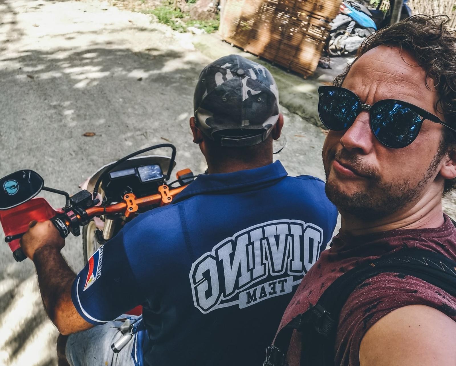 Niel Van Herck, achterop een motorfiets in de Filipijnen. (gf)