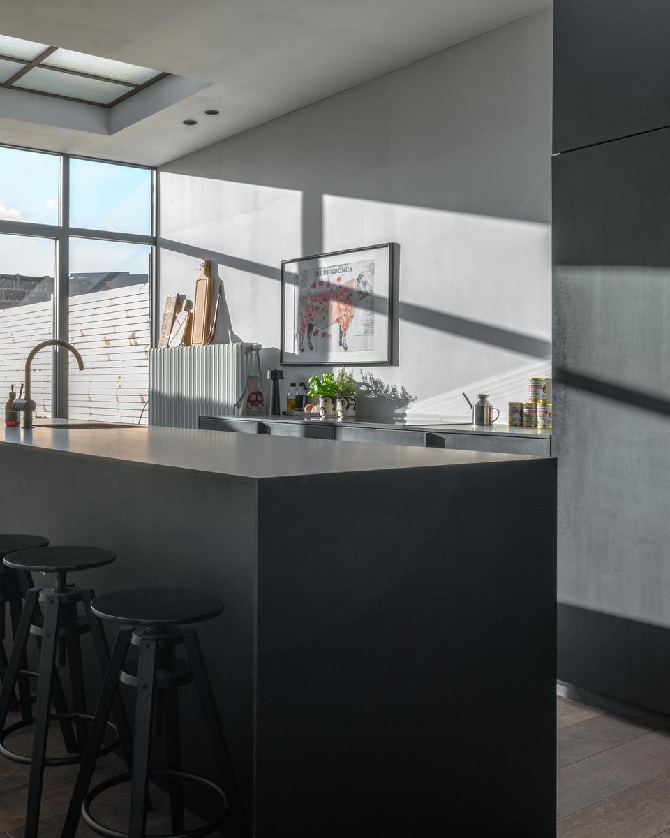 De keuken neemt een groot deel van de woonruimte in beslag, een bewuste keuze.