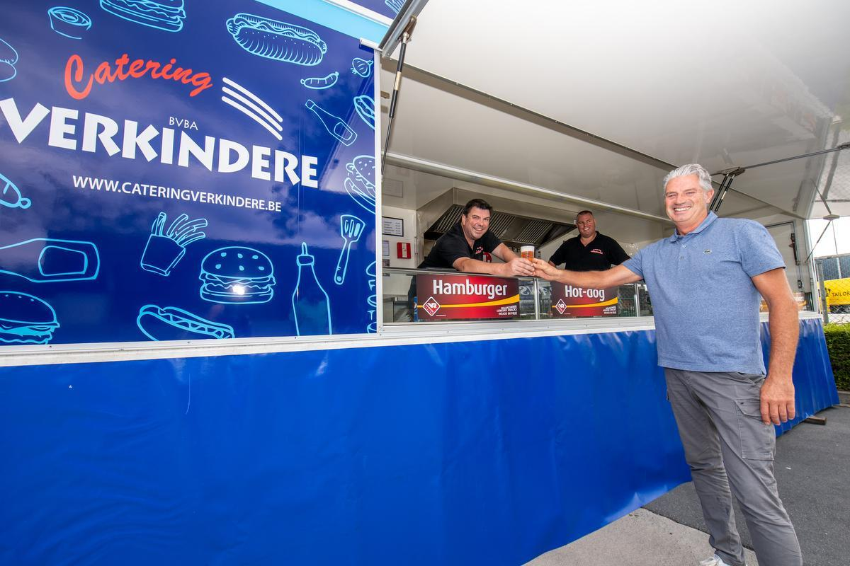 Guy Verkindere, hier met werknemers Stefaan Verhelle en Kurt Coussens, is klaar om er weer in te vliegen.