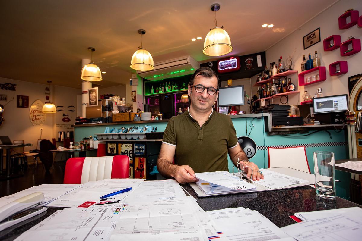 Amir Ahribas van het restaurant Down Town buigt zich over de vele rekeningen.
