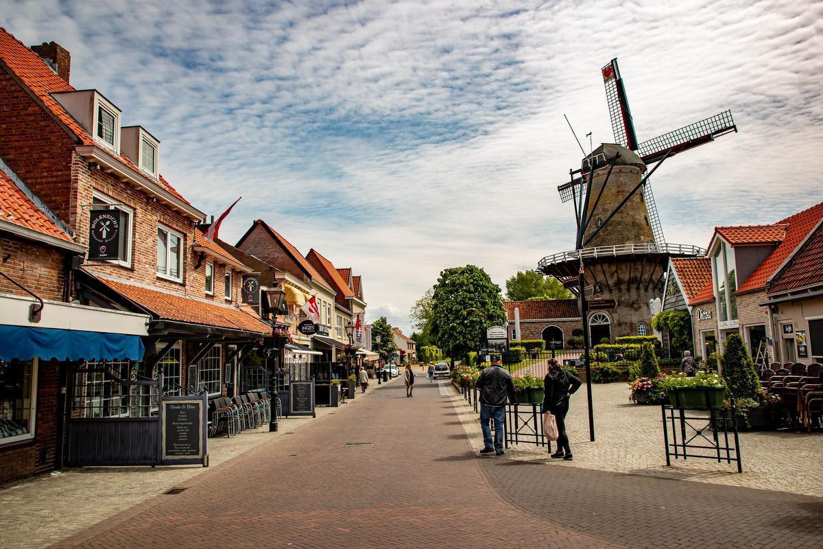 De iconische molen van Sluis staat er dezer dagen wat verloren bij.