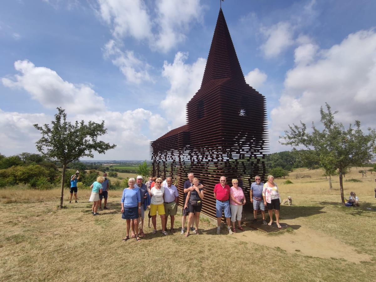 Ook het doorzichtig kerkje van kunstenaarsduo Gijs Van Vaerenbergh lag op de route.