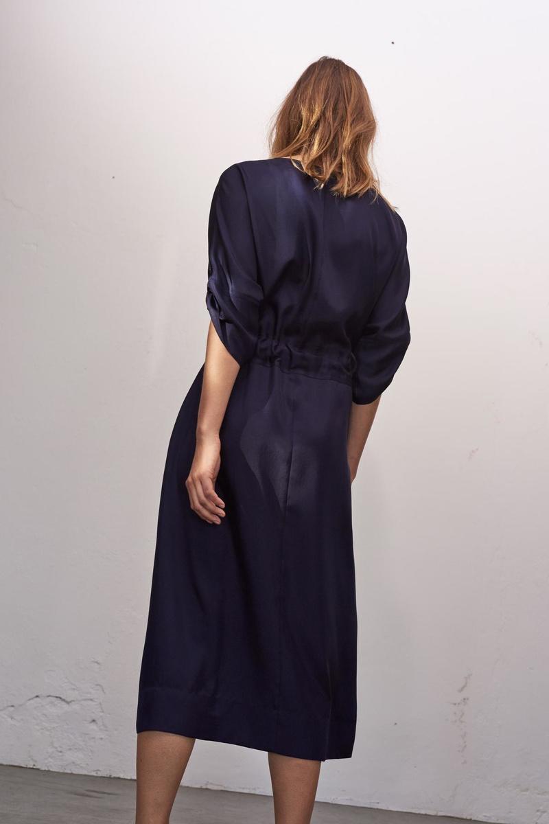 Met of zonder panty's. Een lange jurk dwingt je niet tot een keuze. (Foto Zenggi)