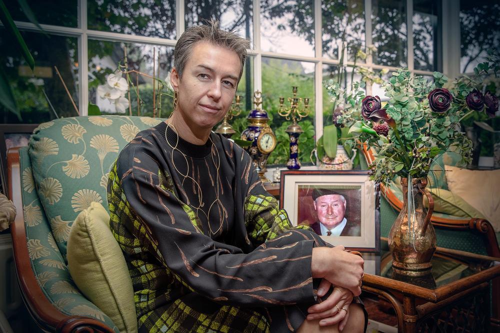 Ann in het vakantiehuis in De Panne, met het portret van grootvader Adhemar: