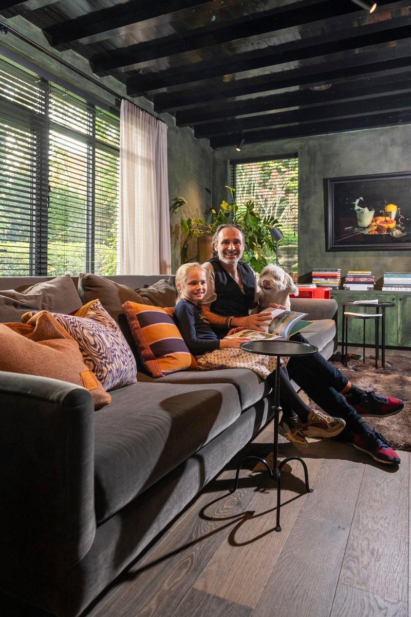 In de gezellige woonkamer brengen Frederiek en dochtertje Fien graag winterse zondagen door.