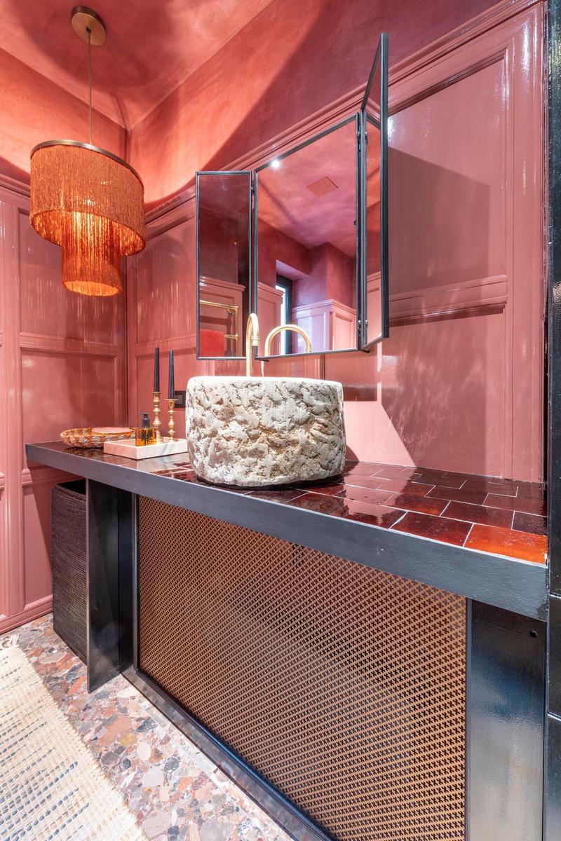 Oud roze in de badkamer van Fien, voor een meisjesachtig maar niet kinderachtige sfeer.