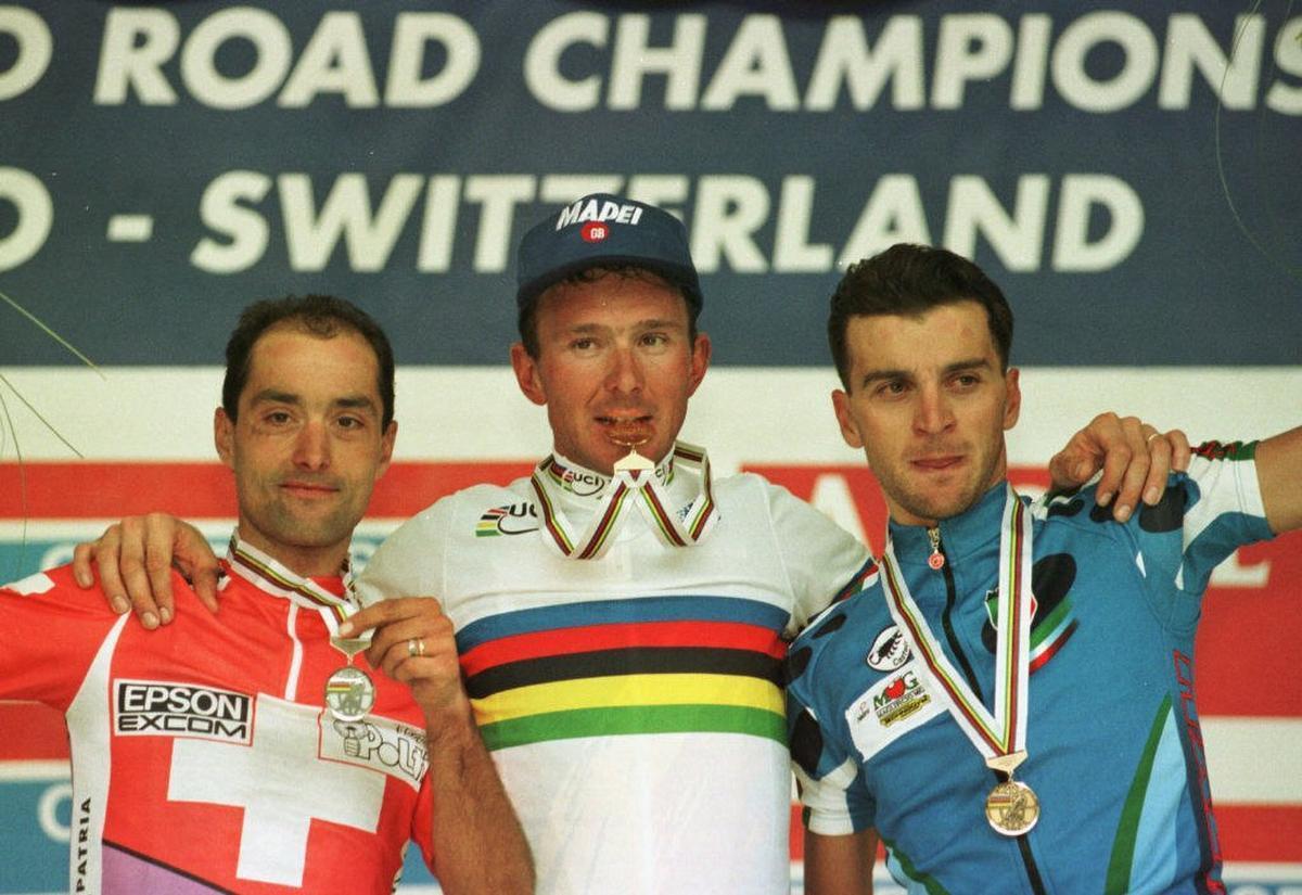 Op het podium werd Museeuw geflankeerd door Gianetti en de Italiaanse topfavoriet Michele Bartoli, die hem zes maanden ervoor de Ronde van Vlaanderen had afgesnoept. (foto Belga)