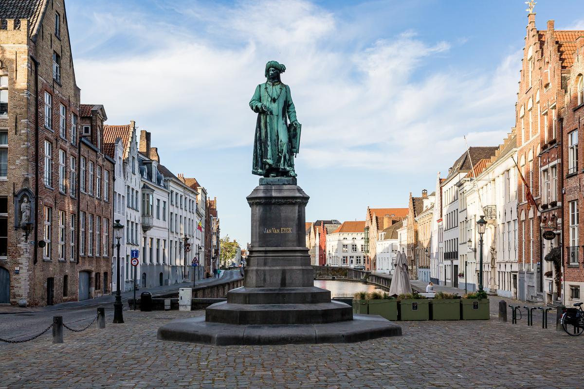 Het standbeeld van Jan van Eyck.