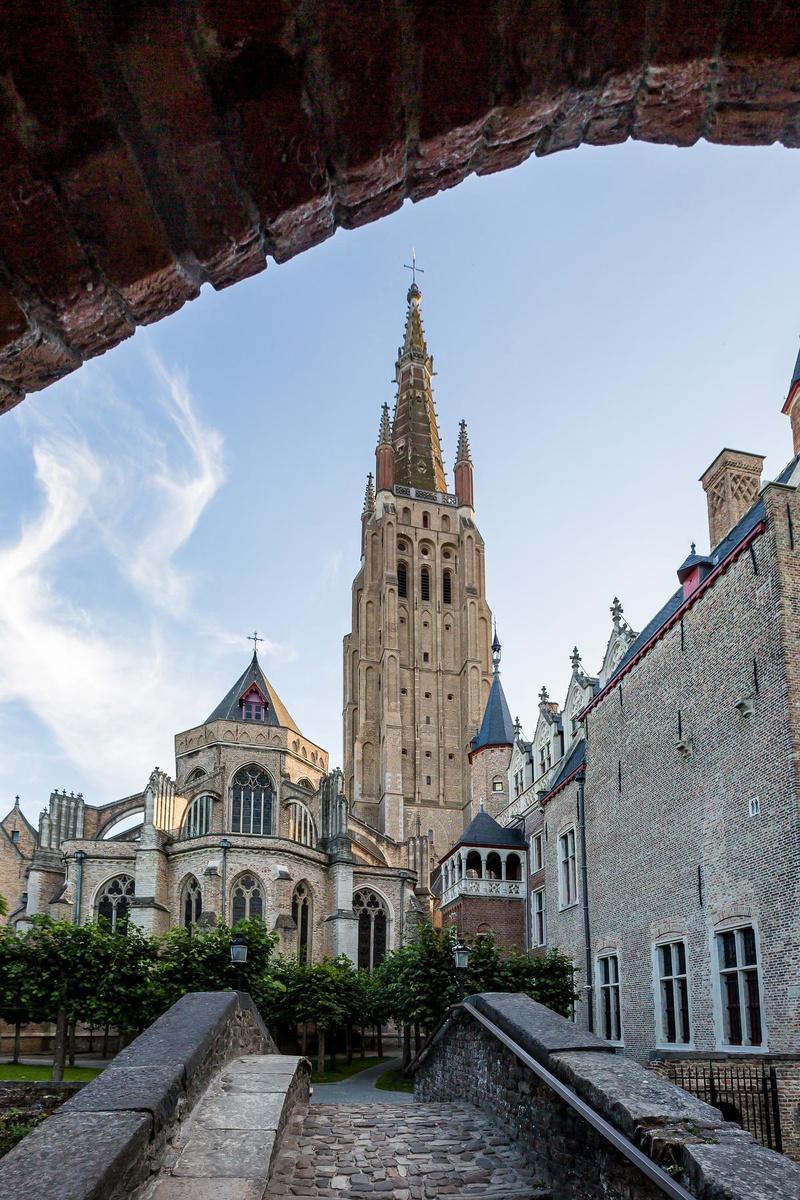 De Onze-Lieve-Vrouwekerk, gezien vanop het bekende Bonifaciusbrugje.