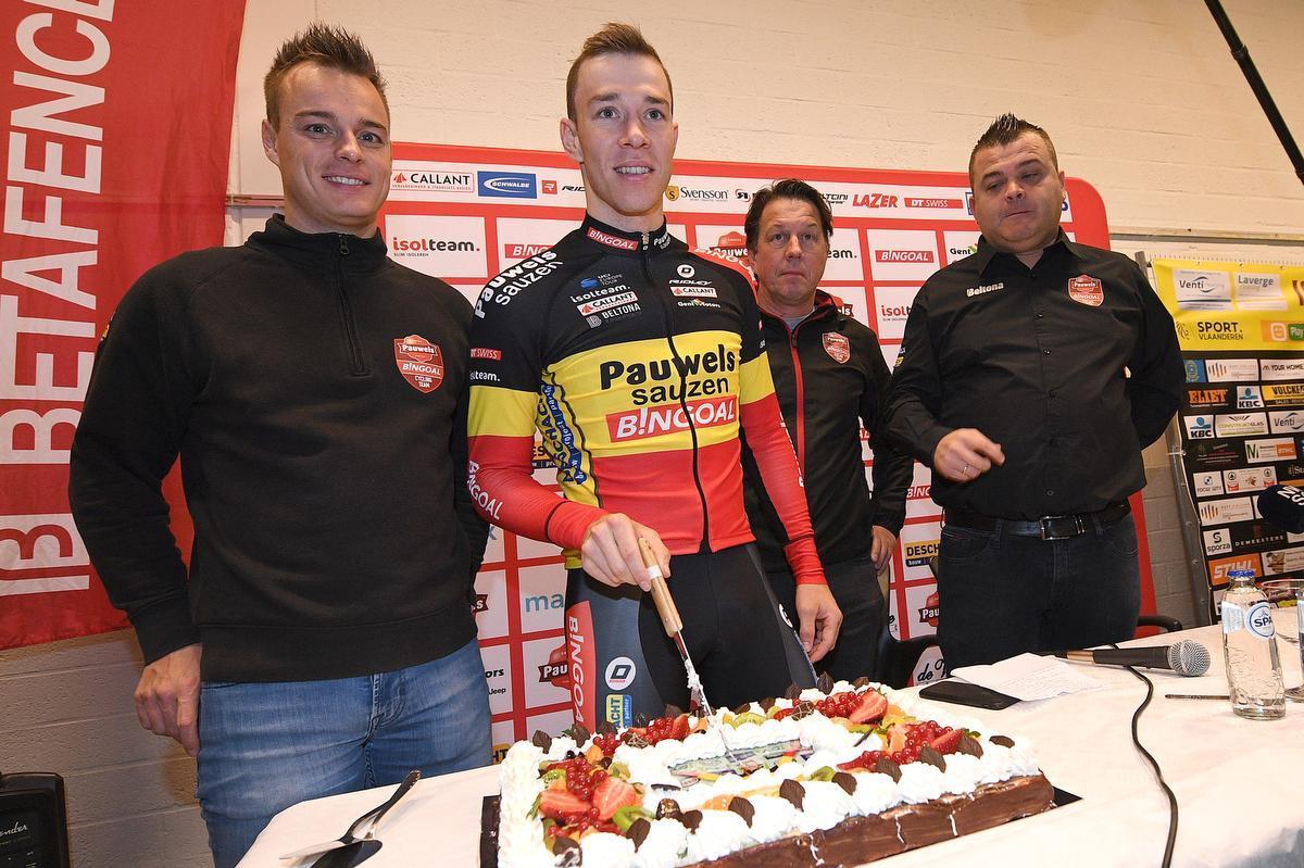 Meersman, hier met Belgisch kampioen Laurens Sweeck, is sinds oktober 2017 ploegleider bij de crossploeg van Jurgen Mettepenningen. (foto Belga)