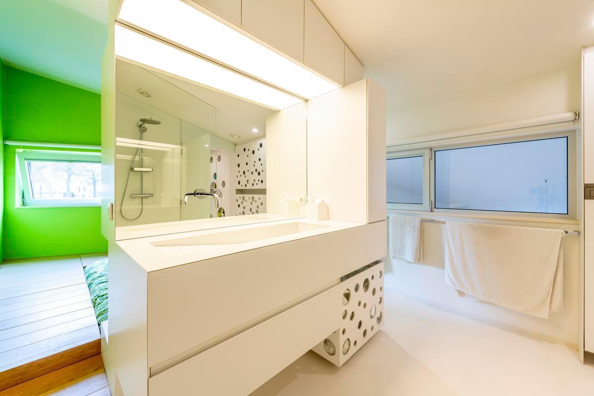 De slaapkamer en de badkamer lopen vloeiend ineen. (Foto Pieter Clicteur)