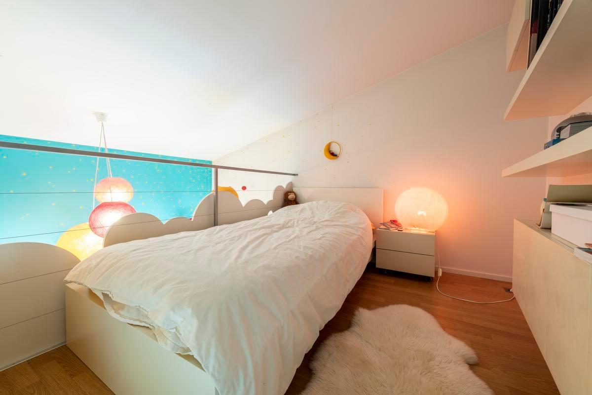 Het bed van de oudste zoon kan dankzij het hoge plafond een halve etage hoger. (Foto Pieter Clicteur)