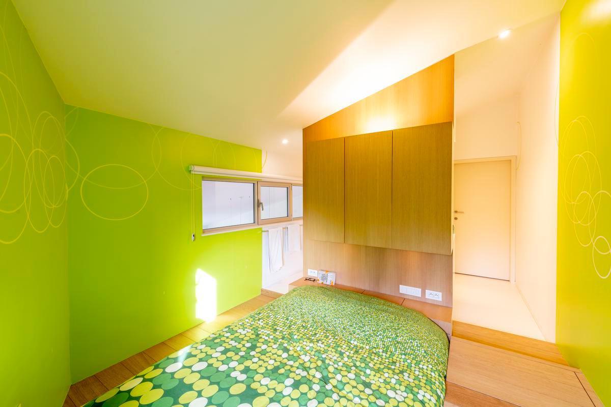 Ook in de slaapkamer is kleur veelvuldig aanwezig. (Foto Pieter Clicteur)