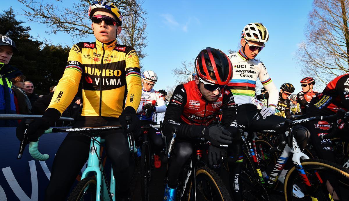 Eli Iserbyt eind december 2019 met Wout van Aert en Mathieu van der Poel aan de start in Loenhout. Kan hij de twee de baas als ze straks weer beginnen te crossen?