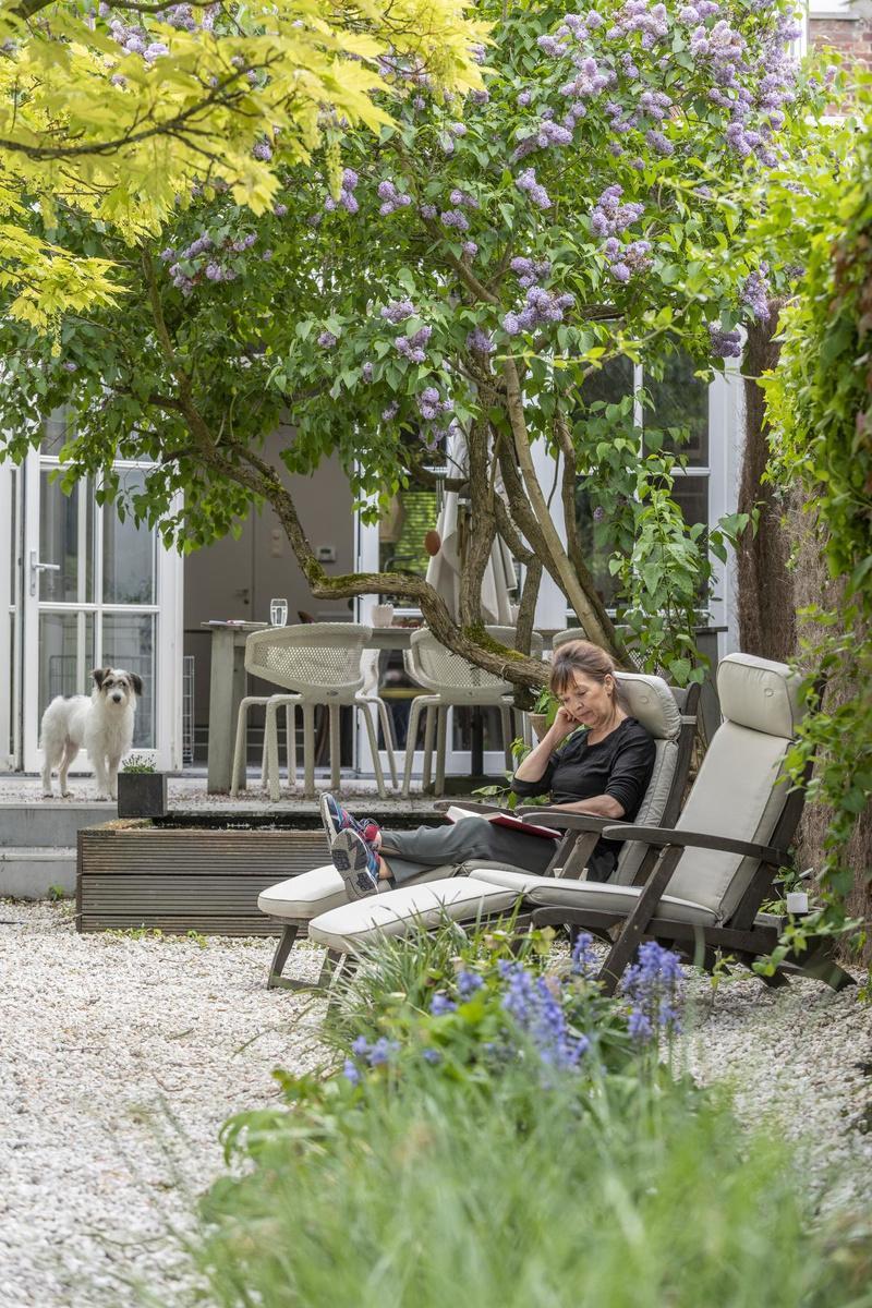 In haar stadstuin voelt het aan alsof je op een zomers terras in Zuid-Frankrijk zit. (Foto Pieter Clicteur)