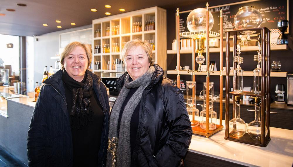 Tweelingszussen Ann en Marianne die gedweeg de workshops volgen.