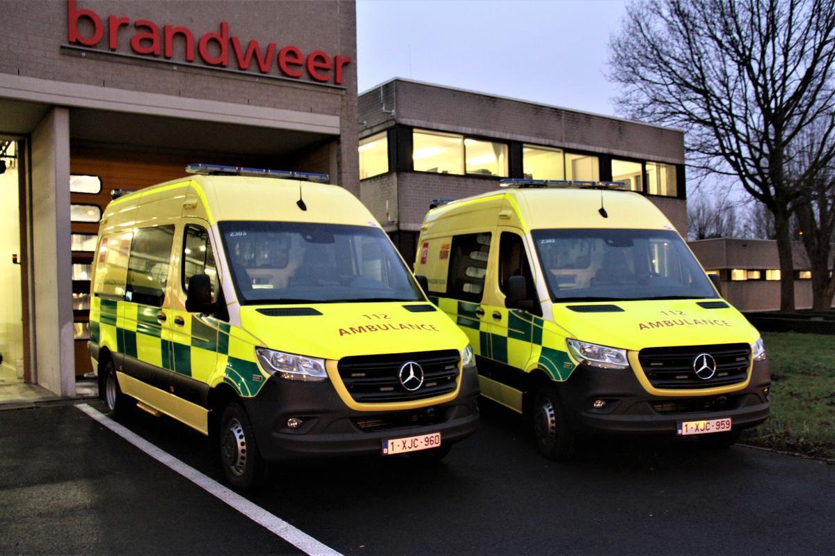 De twee nieuwe ziekenwagens.
