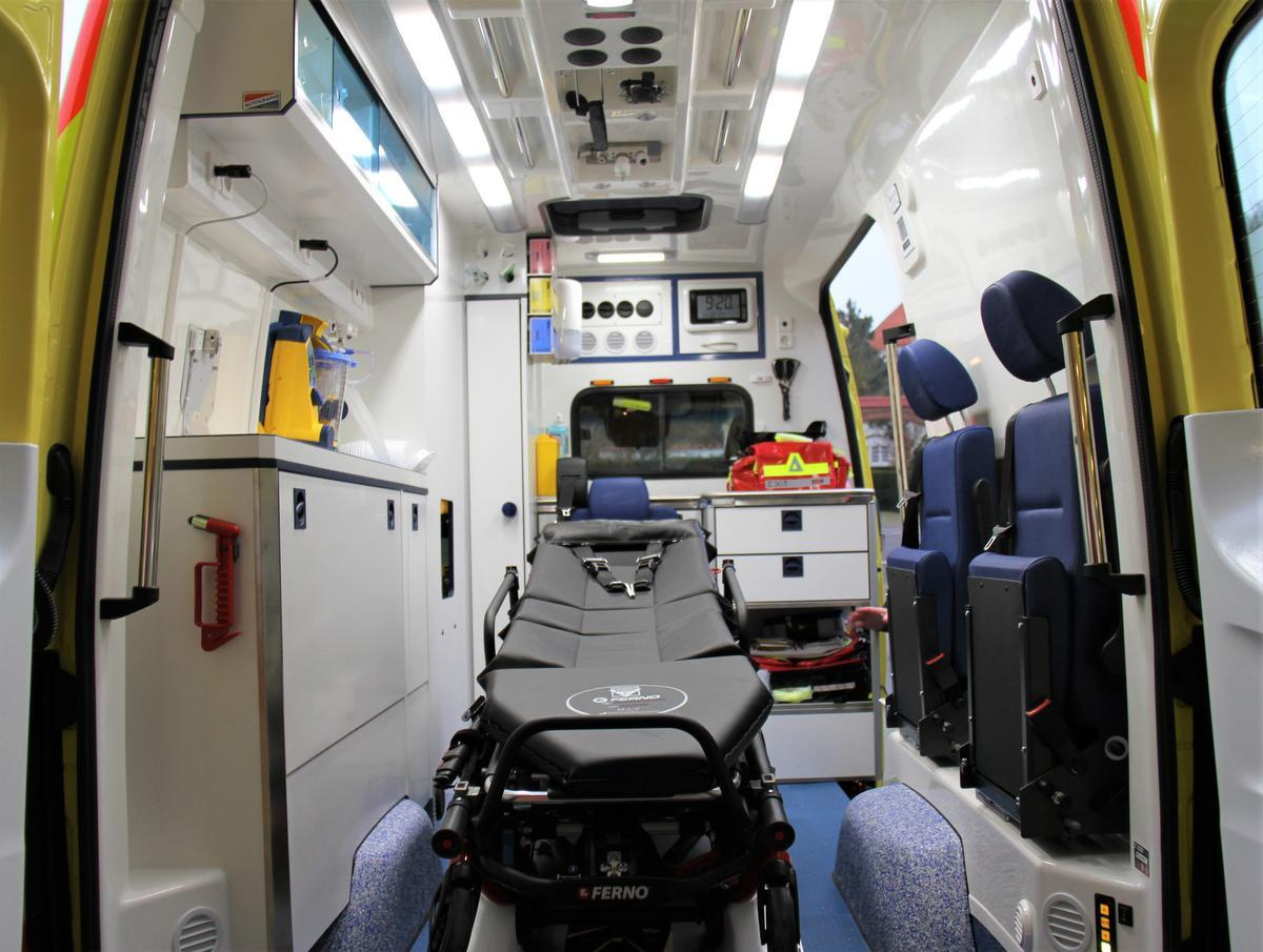 Het interieur van de ambulance.