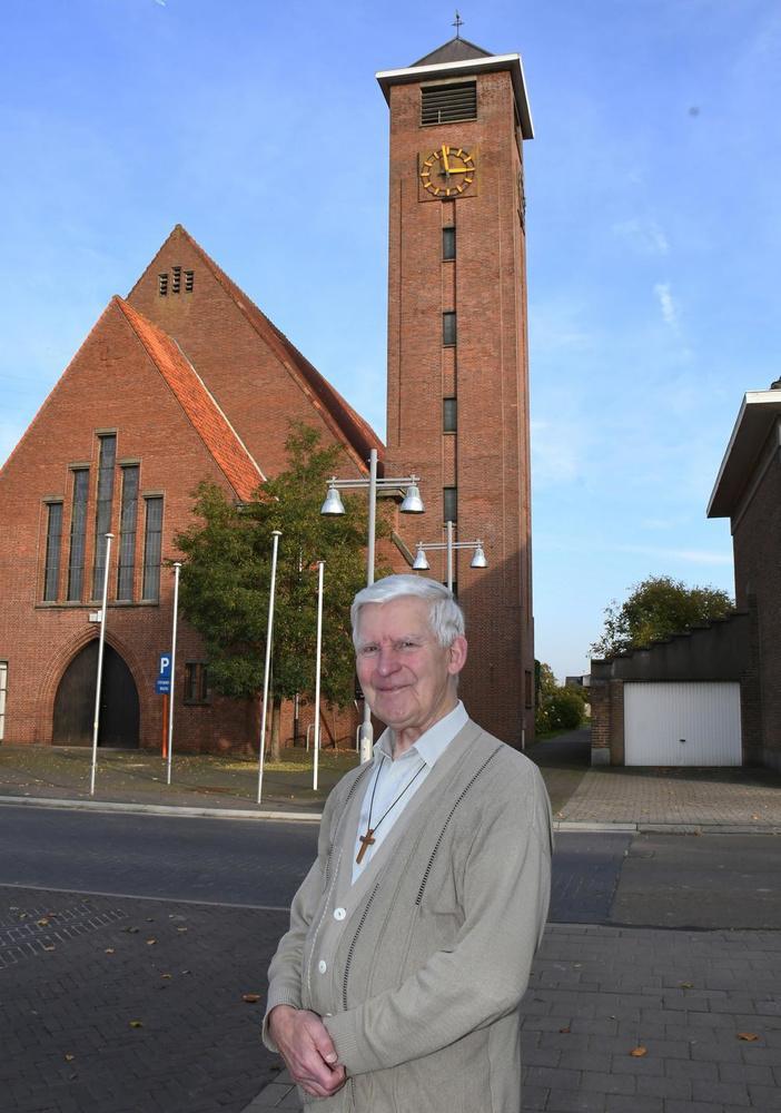 Georges Dujardin voor zijn mooie kerkje waar hij 17 jaar werkzaam was.
