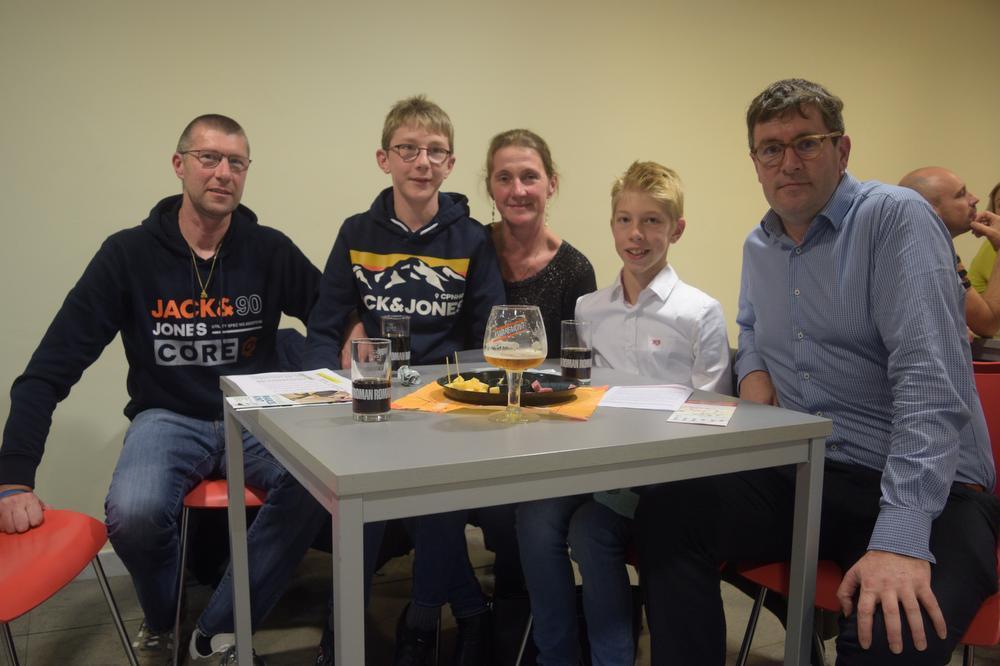 Chris Vandenbroucke, Björg Vandenbroucke, Ilse Vromant, Bjintse Vandenbroucke en Zwevegems schepen van Sport Raf Deprez
