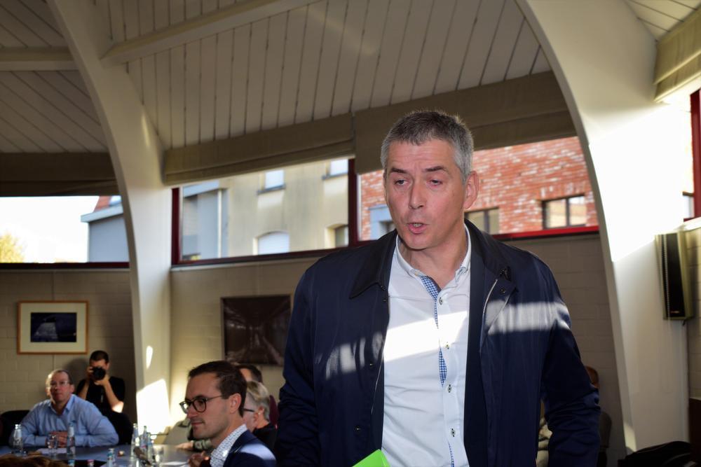 De huidige ontslagnemende secretaris Sigrud Verstrate verliet geërgerd de zitting. (ZB)