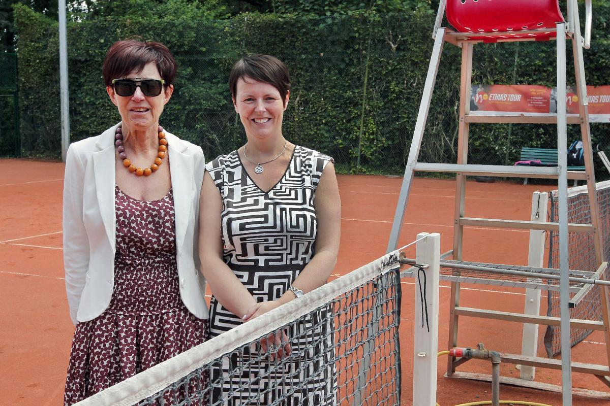 Voorzitter Nicole Devriese van KTG Houtland (links) en tornooileidster Evelyne Desimpel: