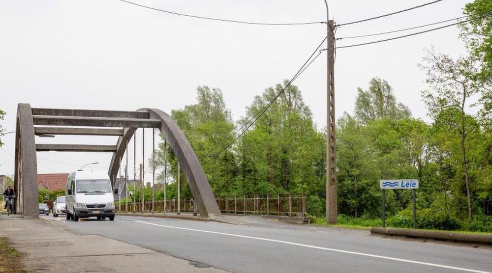 De huidige brug wordt vervangen, omdat die 5,6 meter te laag is voor de moderne binnenvaart.