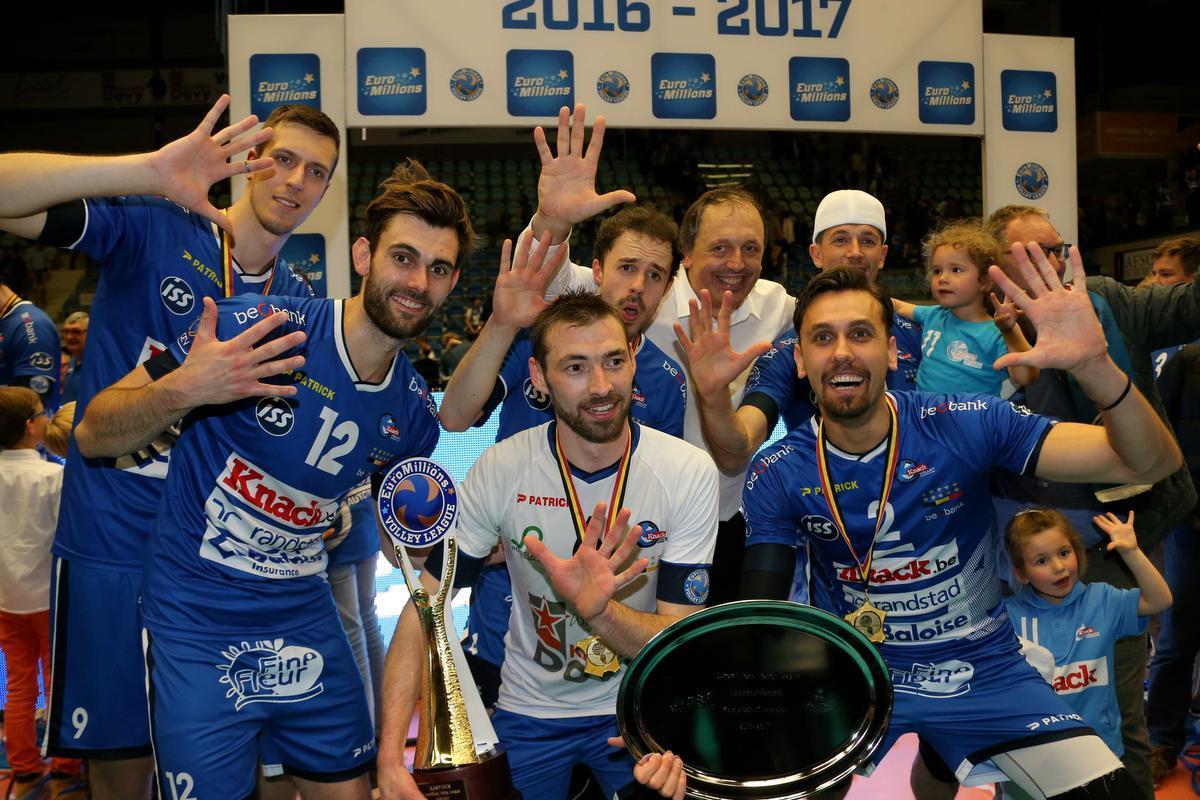 Stijn D'Hulst, centraal links van zijn coach, werd vijf keer op rij landskampioen met Knack Roeselare. Deze foto is van de viering in 2017.