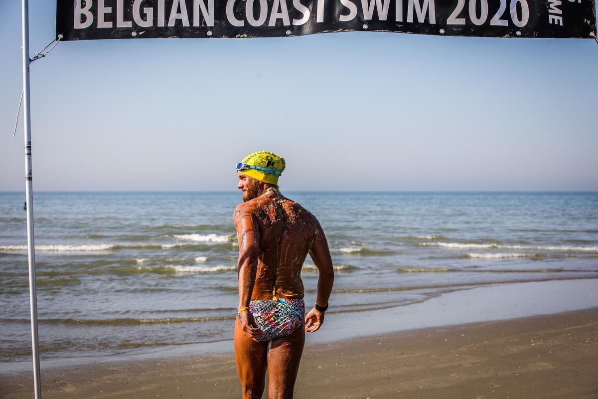 Mathieu Bonne begon dinsdag om 16 uur aan zijn tweede poging om de kustlijn af te zwemmen.