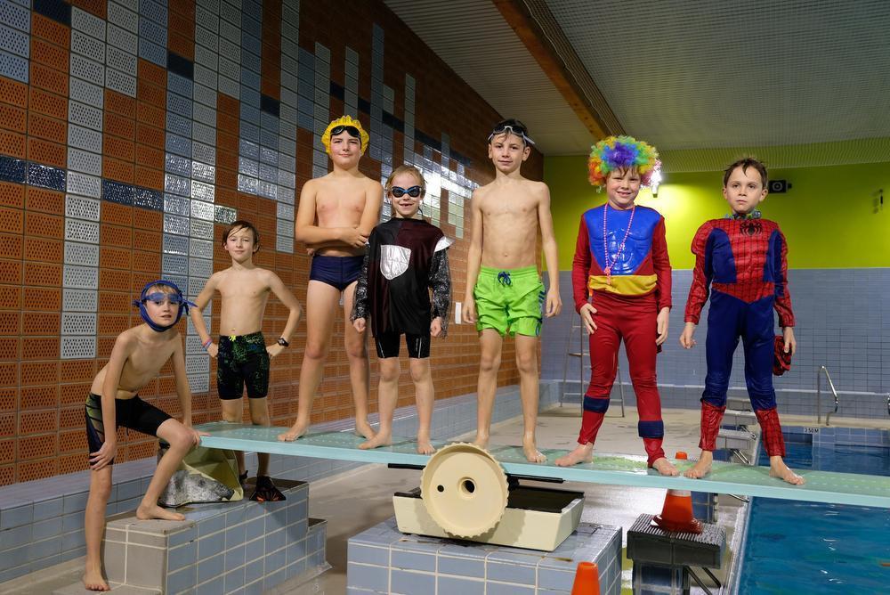 Jasper, Jules, Vic, Leon, Jonas, Leo en Lilo uit Veurne staan klaar voor de sprong.