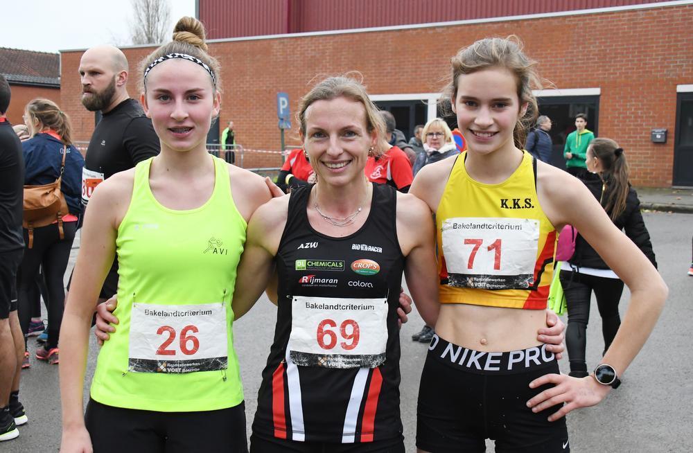 Podium Dames Jogging We zien hier v.l.n.r.: De tweede Alana Polfliet (26), de winnares Audrey Goevaert (69) en de derde Michelle Debal (71). (foto RB)