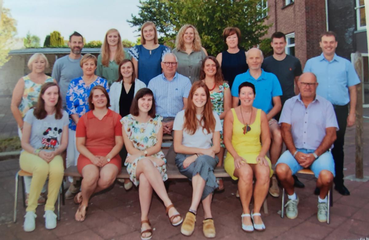 Directeur Geert omringd door het lerarenkorps van dit schooljaar.
