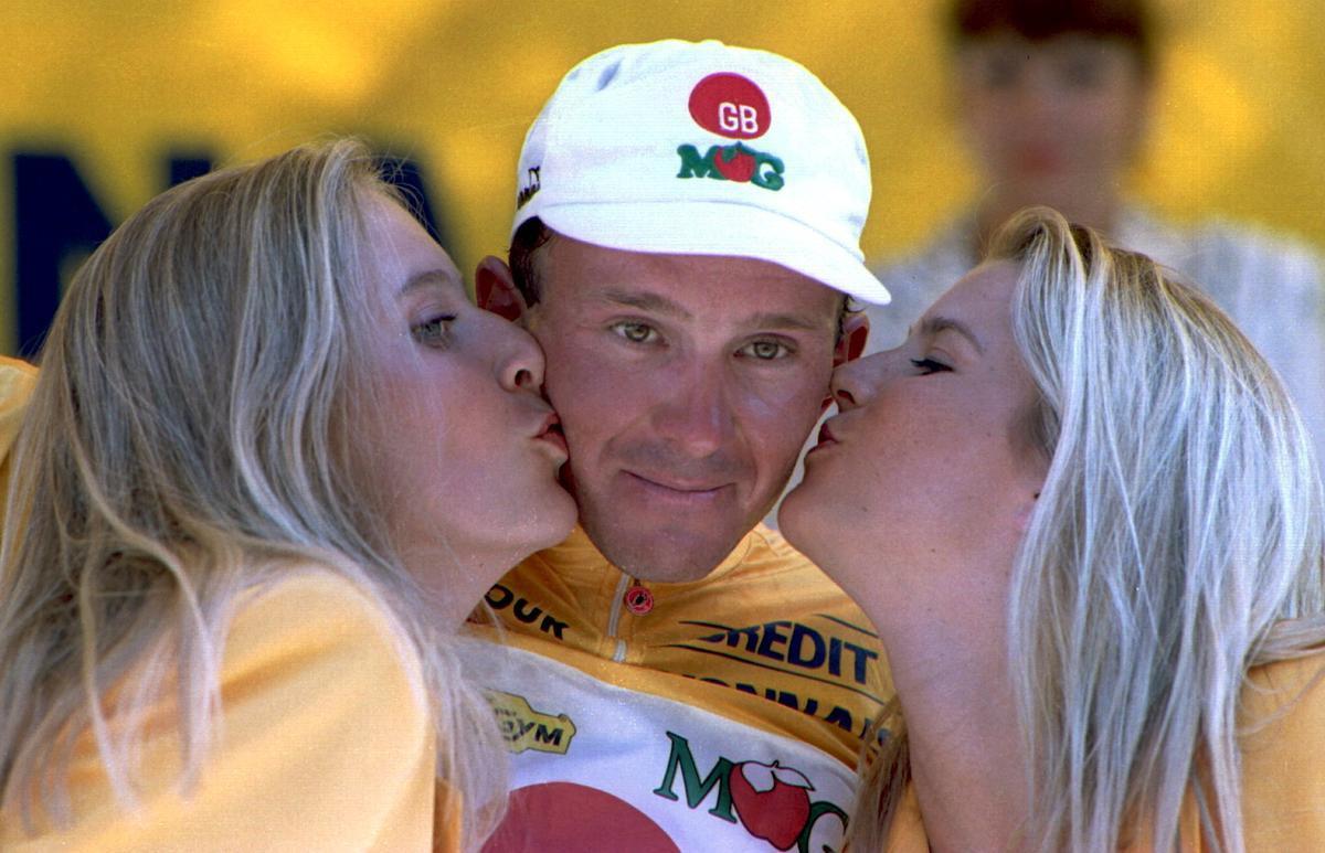 10 juli 1994: Johan Museeuw mag de gele trui aantrekken in de Ronde van Frankrijk.