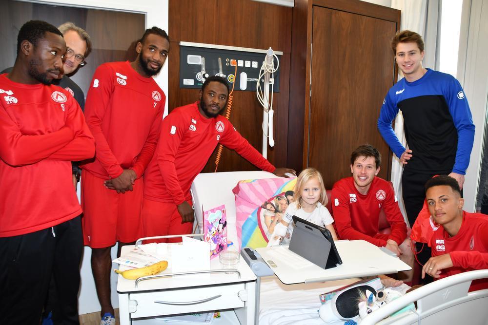 KVK-spelers op bezoek in de kinderafdeling van AZ Groeninge
