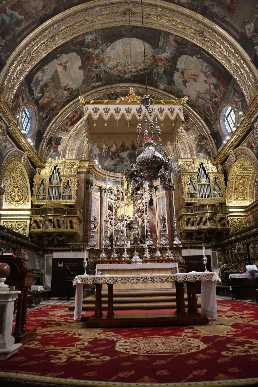 De Sint-Janscocathedraal is een barok meesterwerk, vol opvallende en minder opvallende bijzonderheden. Zo is het altaar gemaakt van zeldzaam blauw marmer, al kan je dat nauwelijks zien door alle andere versieringen op dat altaar.
