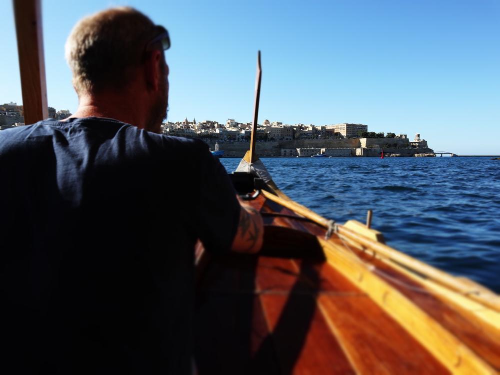 Met een traditionele dghajsa kan je makkelijk en goedkoop van Valletta naar Vittoriosa en omgekeerd.