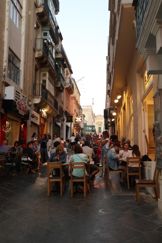 's Avonds verandert Valletta in één groot terras.