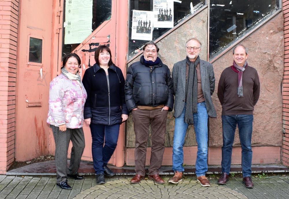 Voor het legendarische café The Club in Komen : vlnr. Amélie Derycke, Marlyne Decroix, Joël Le Fur, voorzitter Jean-Jacques Vandenbroucke en Stéphane Brioul. (Foto ZB)