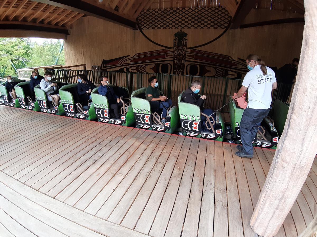 Medewerkers van Bellewaerde gebruiken stokken om te controleren of de beveiliging goed vast zit. (Foto TOGH)