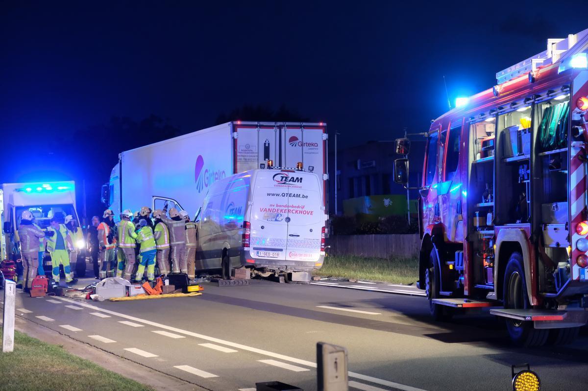 In Veurne reed een bestelwagen in op een vrachtwagen.