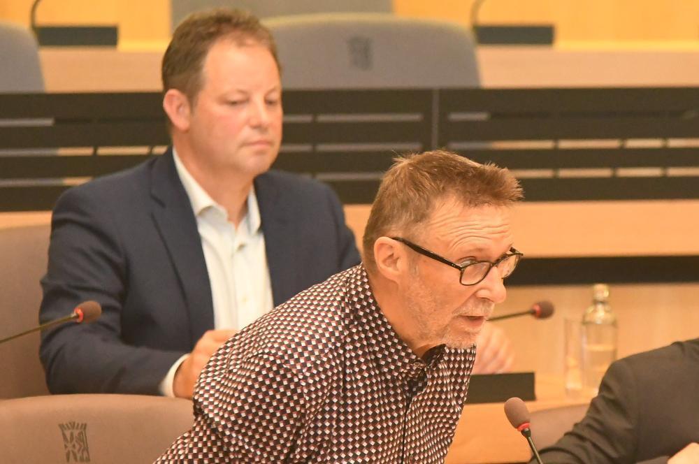 Arnold Bruynooghe legt de eed af, Jo Vansteenkiste kijkt toe.