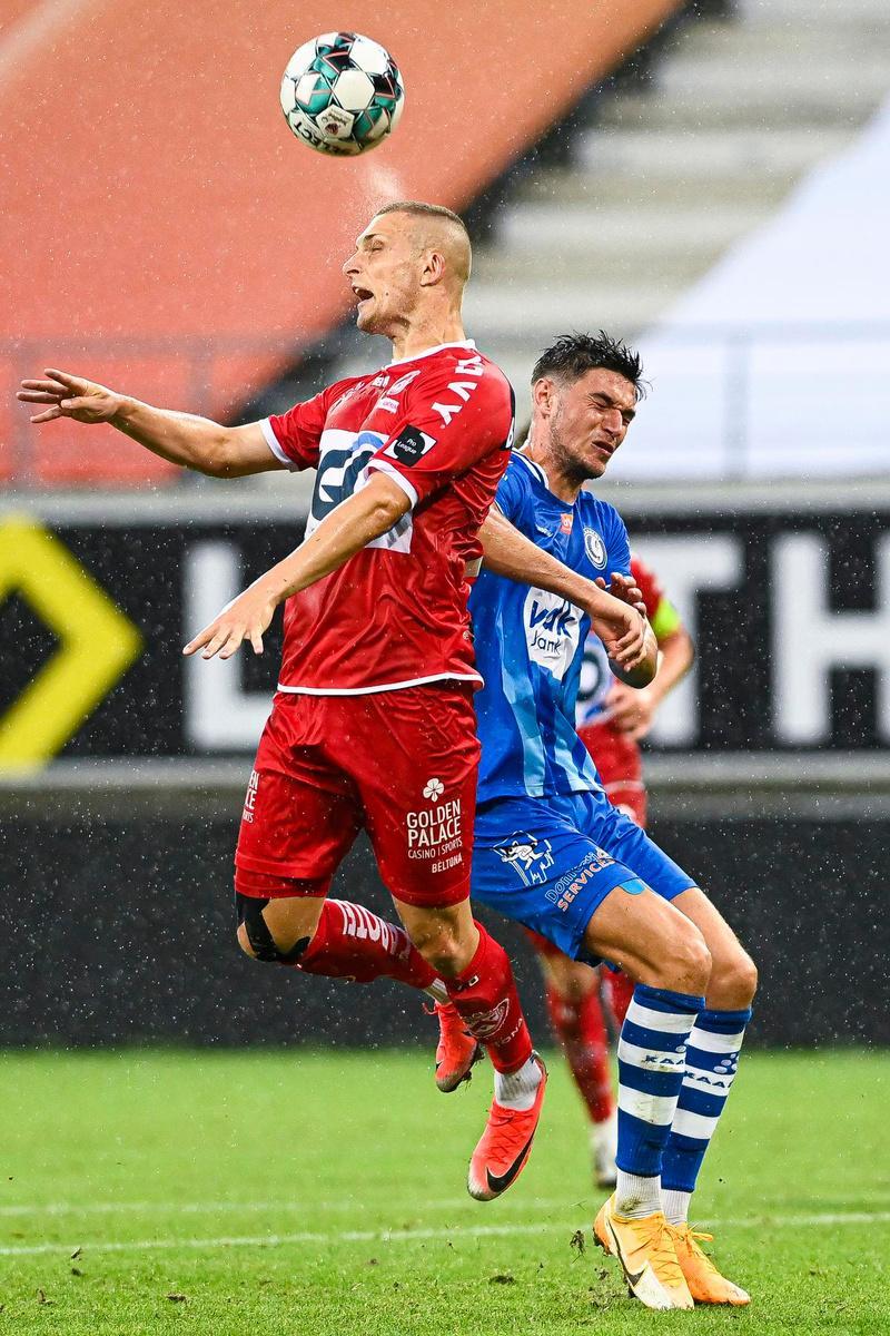 Timothy Derijck in duel met Gent-speler Roman Yaremchuk.