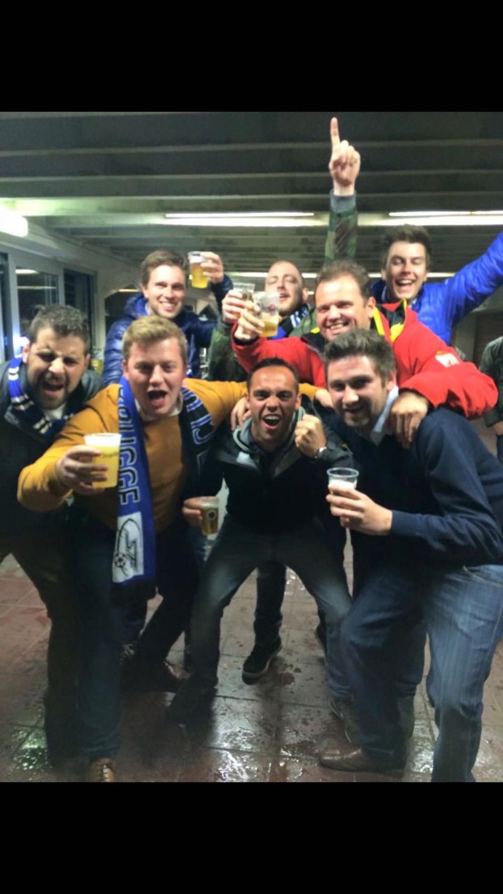 Michiel supporterend voor Club Brugge, tussen zijn vrienden.