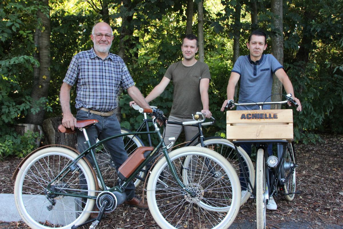 Jan Oosterlinck en zonen Tom en Peter van fietsmerk Achielle. (foto JG)