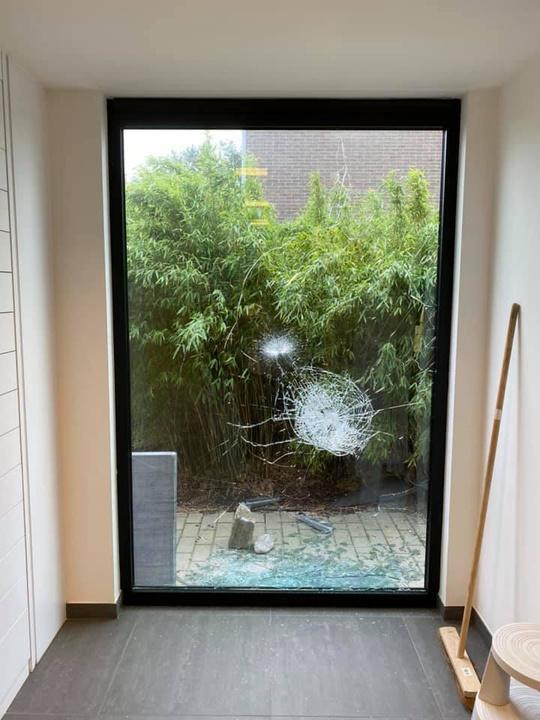 De inbrekers probeerden met stenen een zijraam in te gooien. (foto Apotheek Donckerwolcke)
