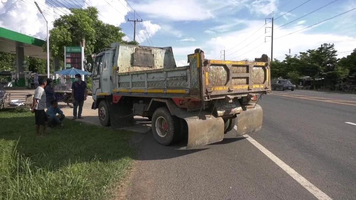 De Jabbekenaar knalde op een Isuzu-vrachtwagen uit het jaar 1952, die de baan en dubbele gele lijnen wilde kruisen om een tankstation op te rijden. (GF)