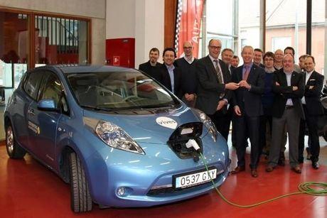 Autotechnologisch centrum Vives krijgt twee prachtige wagens van Nissan